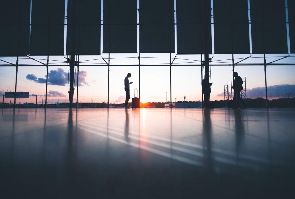 passeggeri in aeroporto in attesa di imbarcarsi sul proprio volo