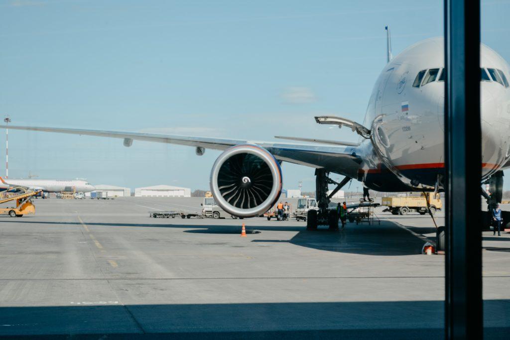 dettaglio di un aereo sulla pista di atterraggio