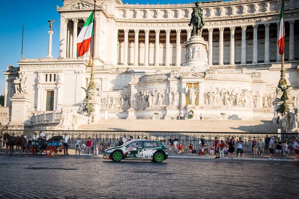Gara del rally di roma capitale che si disputa nel centro della città di Roma e tra le sue bellezze architettoniche e i suoi reperti storici. Sullo sfondo, Piazza Venezia e L'Altare della patria.