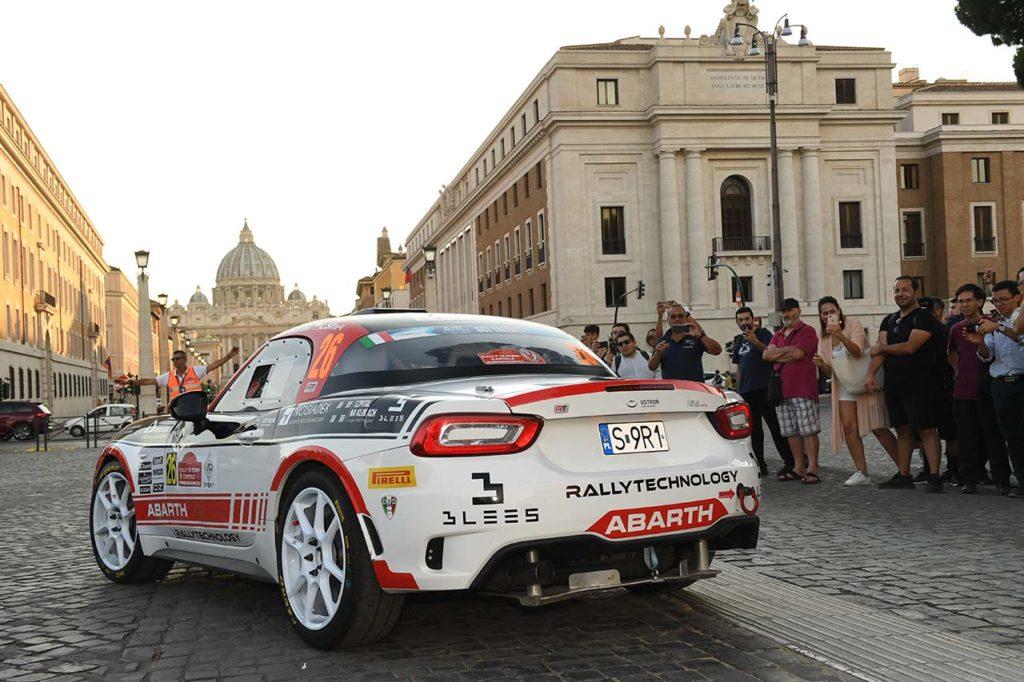 Gara del rally di roma capitale che si disputa nel centro della città di Roma e tra le sue bellezze architettoniche. Sullo sfondo, Via della Conciliazione e la Basilica di San Pietro in Vaticano.