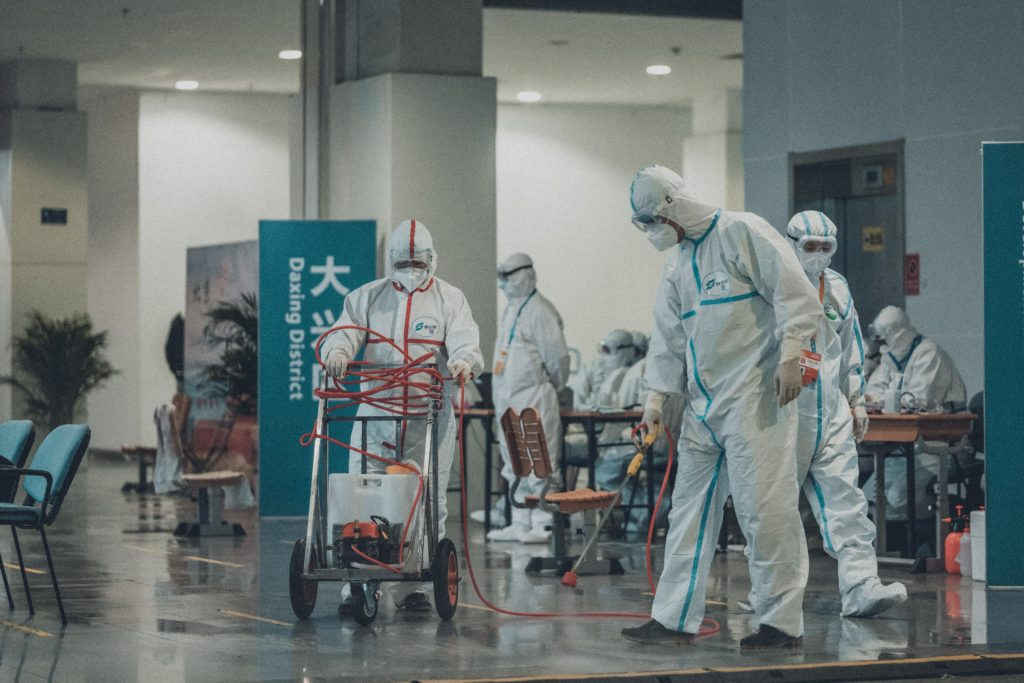 squadra di pulizie sanifica un aeroporto