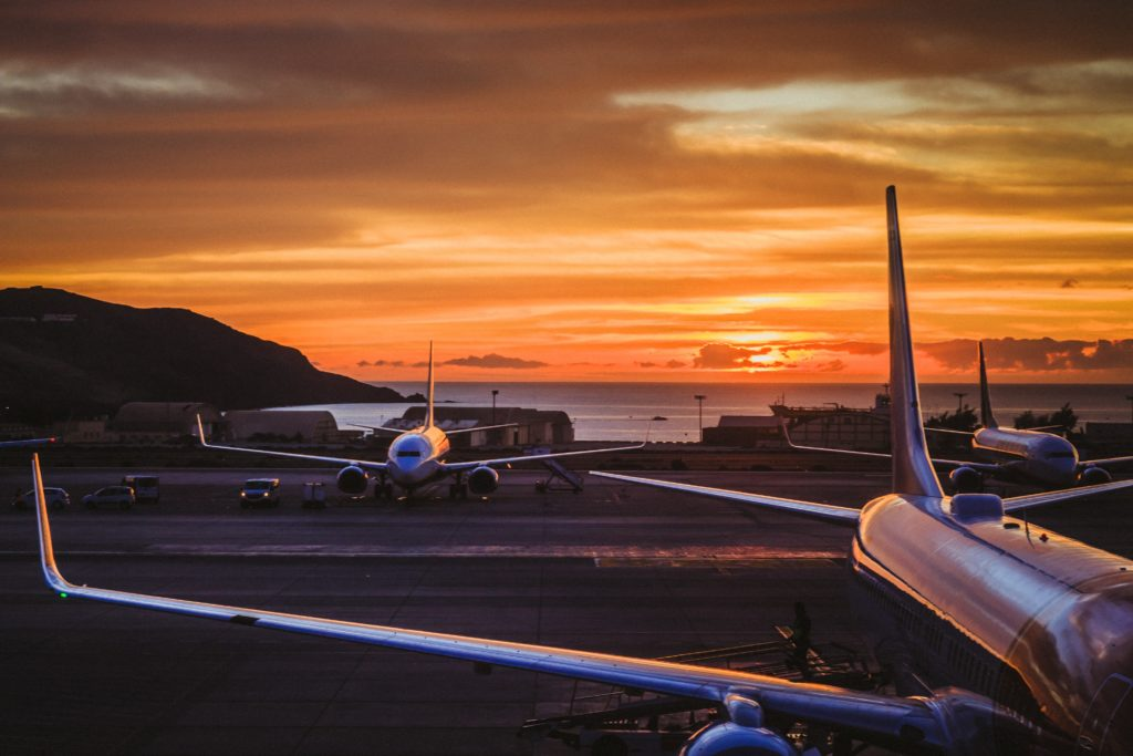 aerei sulla pista di atterraggio al tramonto