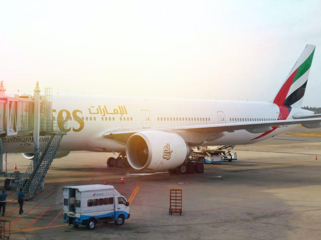 immagine che contiene aereo emirates pronto al decollo