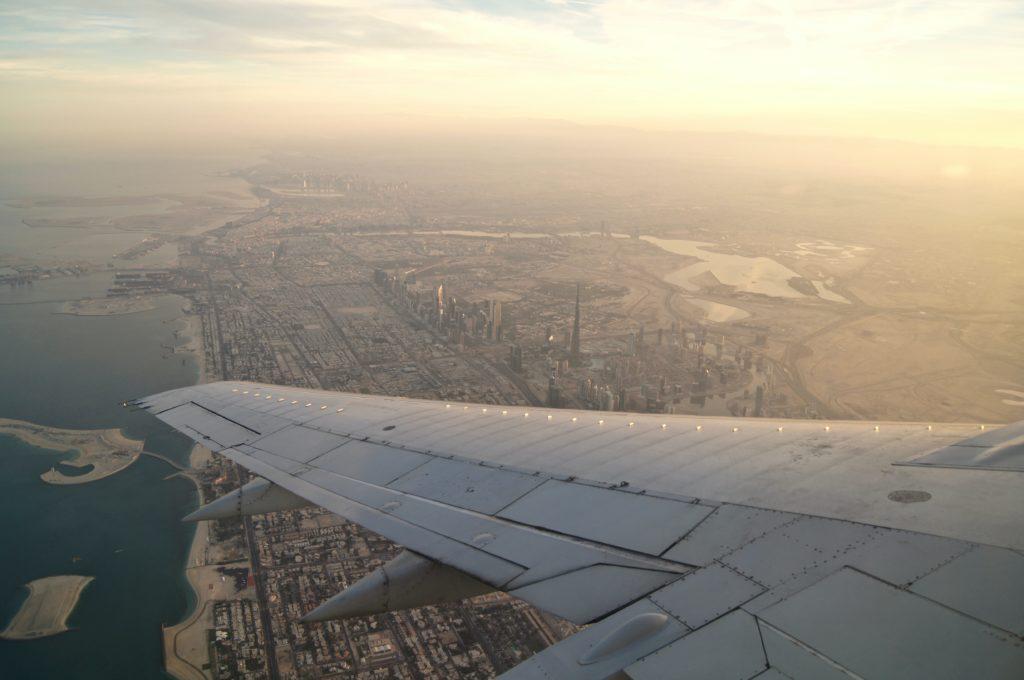 immagine che contiene particolare di un aereo in volo