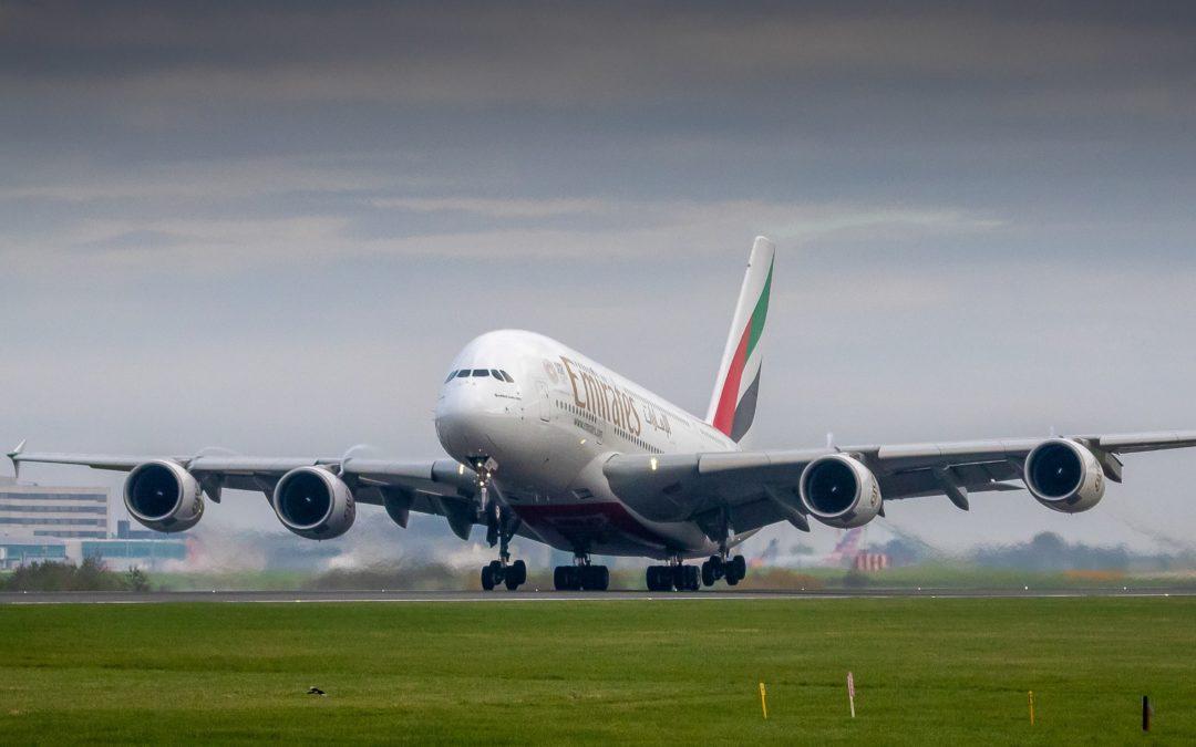 immagine che contiene aereo emirates sulla pista di atterraggio