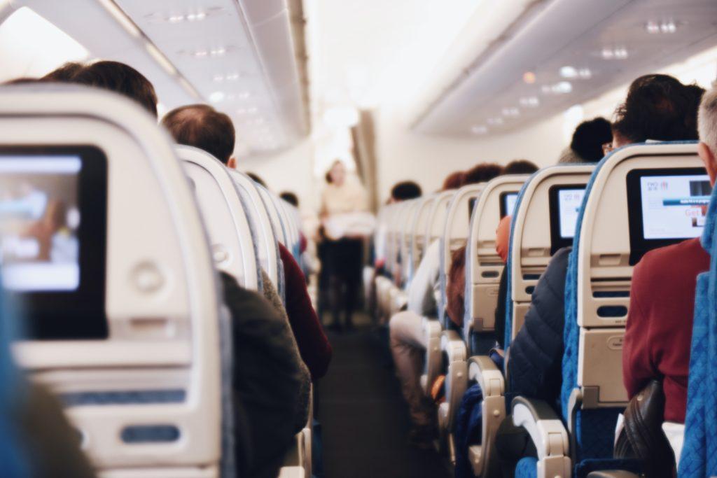 immagine che contiene passeggeri a bordo di un aereo