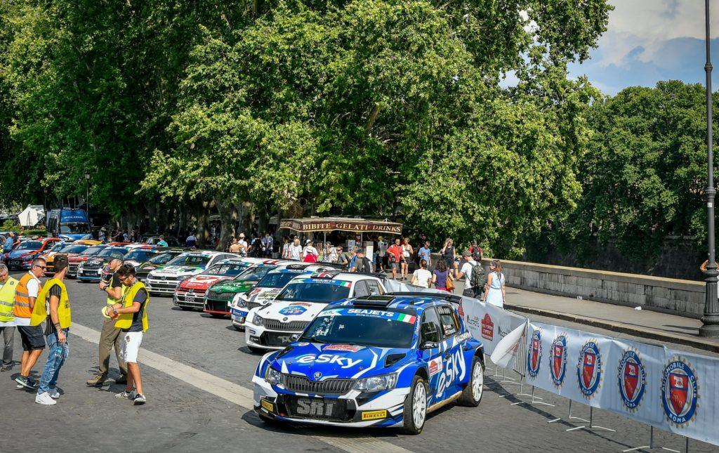 immagine che contiene auto da rally disposte alla partenza